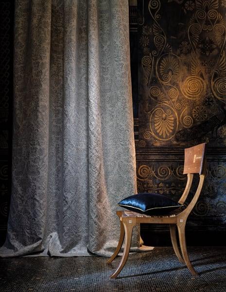 """Den 3D-Effekten von Boiserien oder geprägten Ledertapeten spürt der        changierende Moiré-Vorhang """"Morphee"""" (141 Euro / m) von Misia (Teil der        Casamance Group) nach. Müllerstraße 46a"""