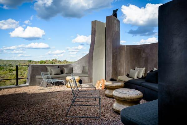 Auf der Dachterrasse verliert sich der Blick im Grünen des Kruger National Parks.