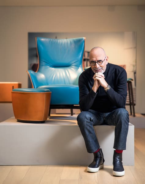 """Das gewisse Etwas, es blitzt bei Roberto Lazzeroni, aber auch in seinen Designs auf: Den Bergère-Sessel """"Mamy Blue"""" (mit passendem Pouf) steckte er für Poltrona Frau in blaue Lederkluft."""