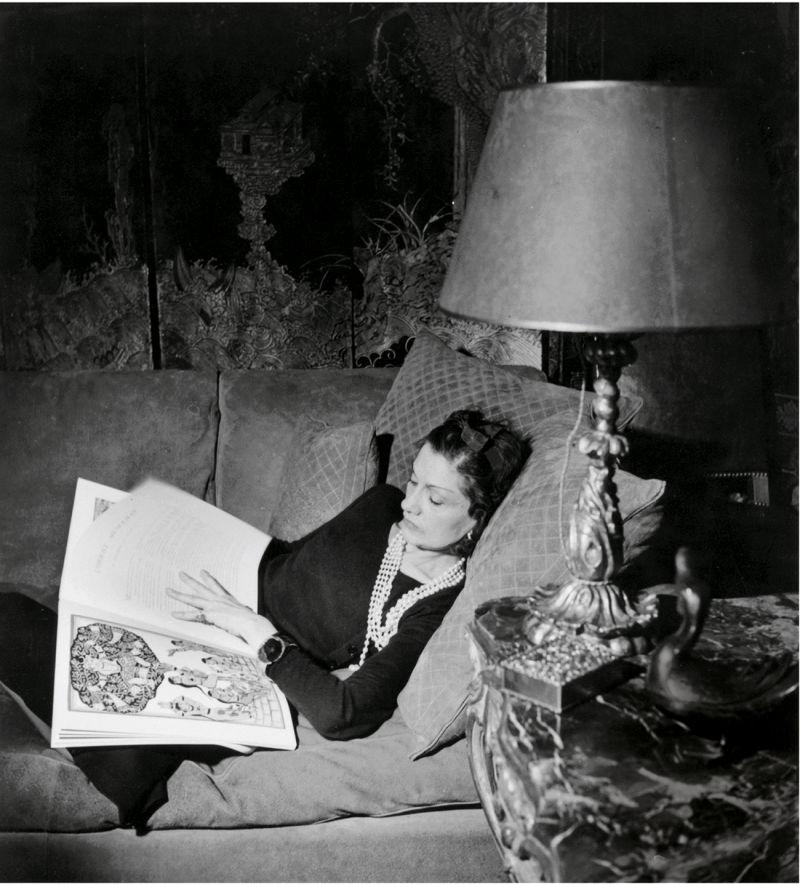 Coco Chanel mit Buch
