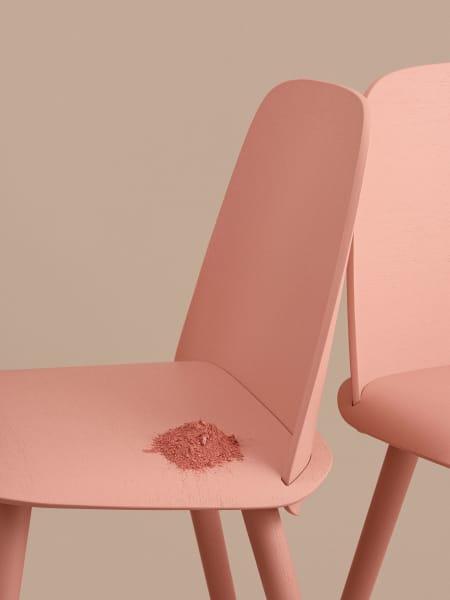 """Rückenlehne und Sitzfläche bestehen aus Furnier und die Beine sind aus Massivholz. Hier in der Farbe """"Tan Rose""""."""