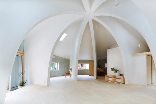 Unter dem aufgespannten Dachschirm befindet sich in der Mitte des Hauses ein offener Wohnraum.