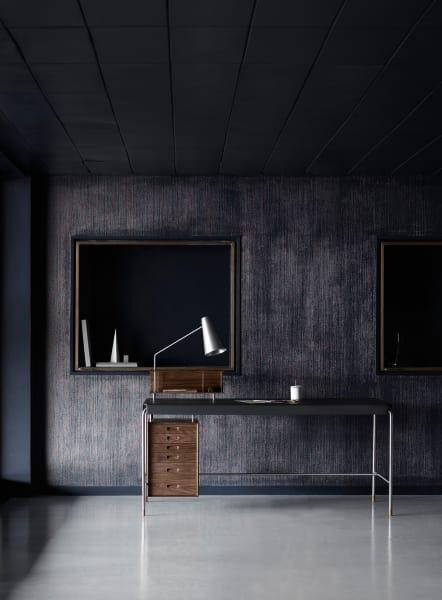 Optional ist der Tisch auch samt integrierter Leuchte und Fächerablage erhältlich.