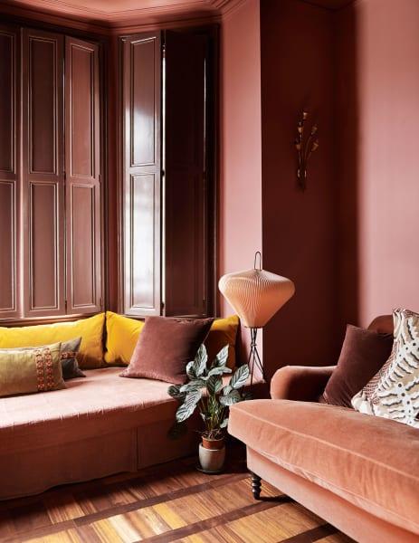 """Retrouvius ließ für ein Familiendomizil in London die original erhaltenen Shutter mit """"Puce"""" von Emery & Cie lakieren gestaltete dem Wohnzimmererker zu einem gepolsterten Alkoven aus – alles im ähnlichen Farbton."""