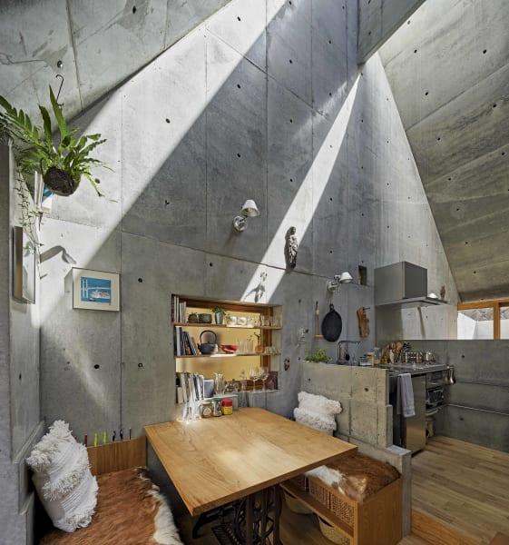 Essen, arbeiten, kochen und schlafen: Im Love2 House findet alles in einem Raum statt. Betonbarrieren trennen die Lebensbereiche und schaffen Struktur.