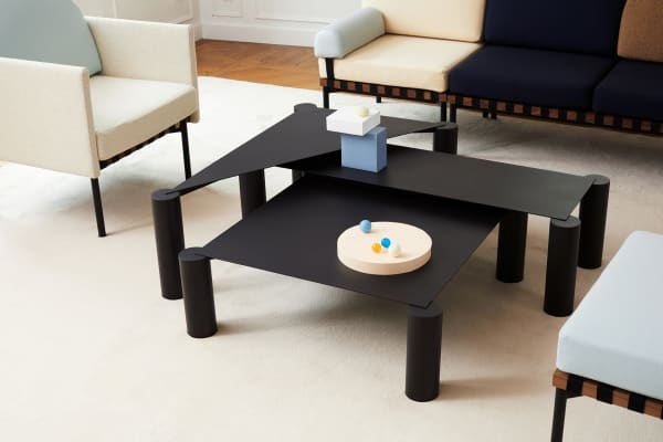 """Max Enrich mag geometrische, schnörkellose Formen: Für Petite Friture entwarf er Beistelltisch """"Thin"""". Stahl trifft auf die Feinheit der Tischplatte, die auf massiven rohrförmigen Beinen thront."""