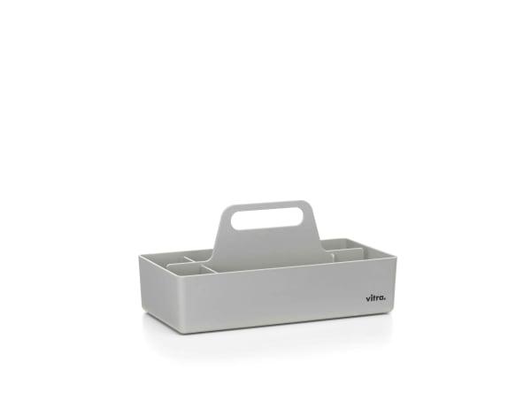 Zartes Grau, das zu allem passt, ist die diskrete Farbe des Schreibtisch-Accessoires aus – Müll, aus wieder verwertetem Plastikabfall.