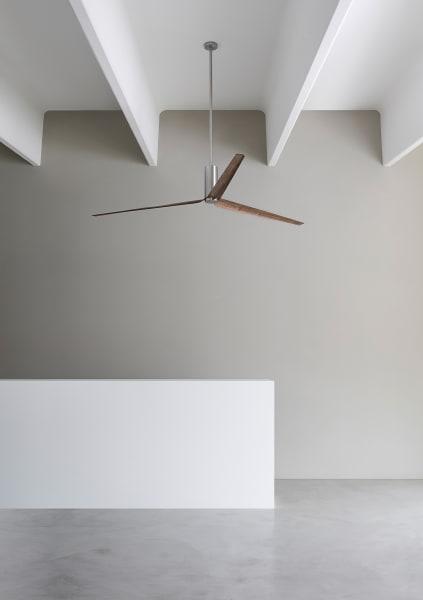 """Auch der breite Deckenventilator """"Ariachiara"""" (aus Holz, Carbon und Edelstahl) reinigt nebenbei die Luft.ceadesign.it"""