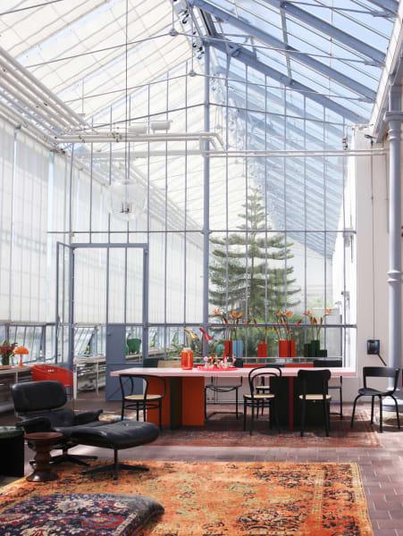 Feuer: Der vierfarbige Tisch von Moritz Bannach wurde zum Treffpunkt für alle Gäste. Daneben ein Klassiker: Eames Lounge Chair mit Ottoman von Vitra…