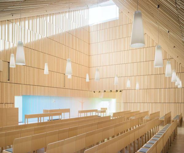 """Die """"Suvela Chapel"""", die Anssi Lassila mit seinem ArchitekturbüroOopeaaentworfen hat, ist mehr als eine Kirche: In den Räumlichkeiten sind auch eine Nachmittagsbetreuung, ein Kindergarten und eine Suppenküche untergebracht. Die Wände sind mit finnischem Fichtenholz versehen. Die Aufteilung der Räume ist so simpel wie möglich, alles spielt sich auf einer Etage ab."""