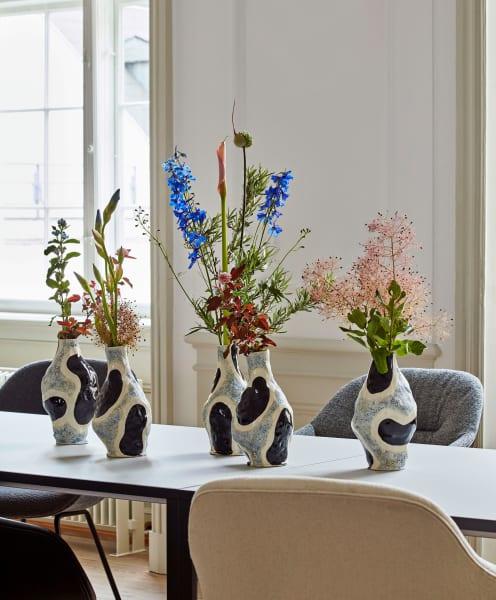 """Jessica Hans entschied sich für Kuhflecken, als sie die Vase """"Glossy Cow"""" für Hay entwarf. Handgefertigt aus glasiertem Steingut. Jetzt über Connox kaufen, um 75 Euro."""