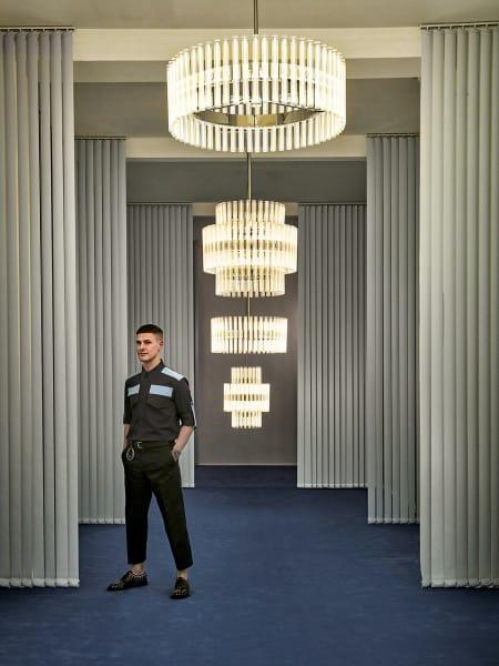 """Das Wunderkind des britischen Designs lebt und arbeitet in London. Zum LDF wird sein Showroom in Shoreditch zum """"Observatory"""" – mit den Leuchten der gleichnamigen Kollektion. Im Bild: Pendelleuchte Aurora."""