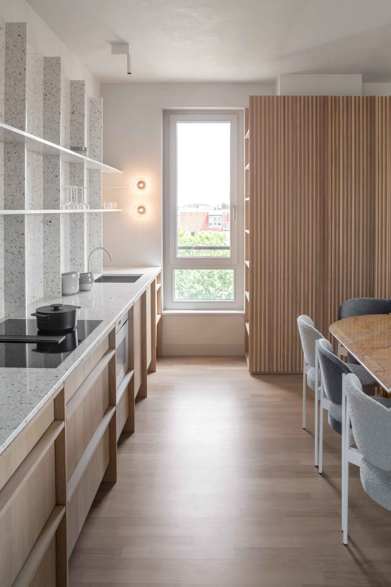 Küche und Essplatz eines Apartments von Ester Bruzkus Architekten in Berlin