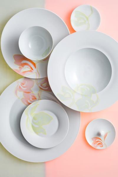 Pflanzenskelett: Delikate Linien und feinste Farbflächen füllen das Biskuitporzellan.