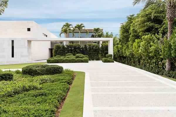 Miami Modern: Die künstlich angelegtenInseln vor Miami sind hoch begehrt. Nur eine schmale Seite des Grundstücks, auf das Peter Marinoseinen kantigen Kalksteinbau setzte, hat Meerblick. Den Garten gestaltete Nievera Williams.