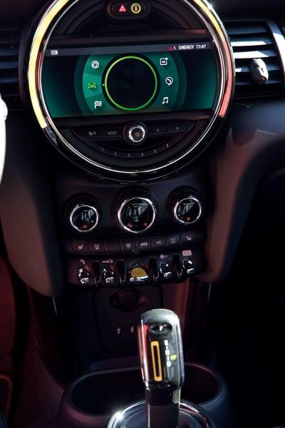 Drinnen kommt ein neues Infotainment-System dazu (u.) – und ein        Rekuperationsschalter: Damit gewinnt das Auto Energie zurück, sobald man        vom Gas geht, und bremst fast von selbst.