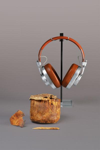 Ein ägyptische Rohhautgefäß aus dem 4. Jahrtausend v. Chr. ist das älteste Exponat der Ausstellung. Eins der jüngsten sind die ledernen Kopfhörer (2014).
