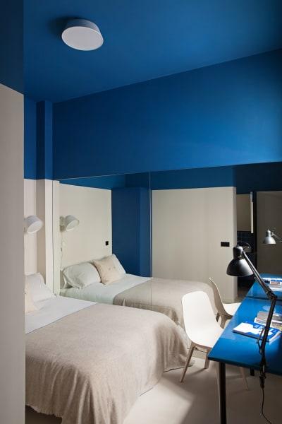 """Der deckenhoheWandspiegelverdoppelt optisch die Fläche im """"Blue/Beige Room""""."""