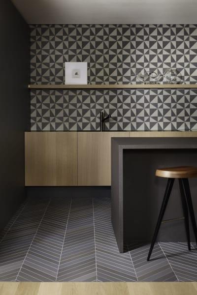 """Auf dem Küchenboden der Casa Mutina sind die """"Mews""""-Fiesen, Steinzeug aus Porzellan, von Edward Barber und Jay Osgerby verlegt. Die """"Puzzle""""-Kacheln an der Wand haben auch die beiden Briten entworfen."""