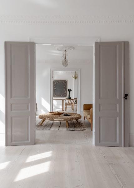 Blick durch die Flügeltüren ins Wohn- und ins Esszimmer.