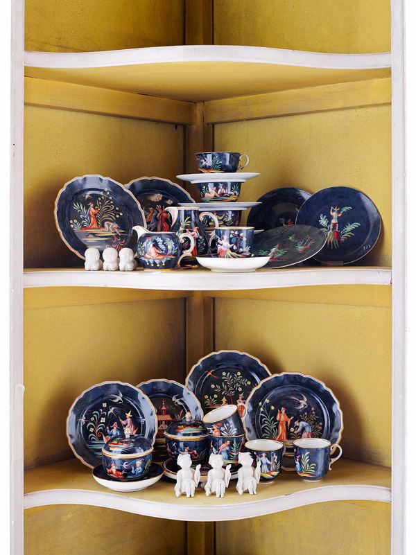 Teller und Tassen mit chinoisen Bildmotiven von 1961.