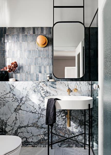 Das Gästebad in Woollahra von Decus Interiors mit Concordia-Marmor kontrastiert mit matten Fliesen; über Onsite Supply&Design. Armatur von Brodware.