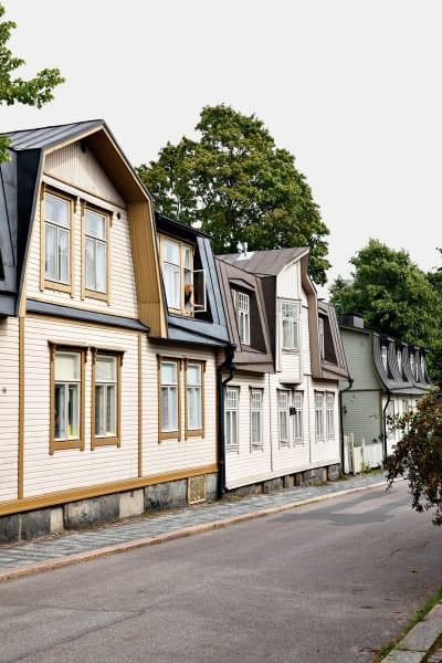 Anna Salonen am Küchenfenster. Noch heute bewohnen fünf Parteien das kleine Haus.
