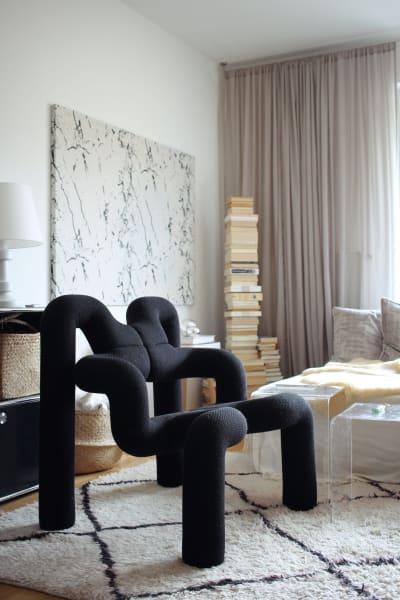 """Die Studentin setzt in ihrer Wiener Wohnung auf Creme- und Beigetöneund setzt mit Sessel """"Ekstrem"""" Akzente. Ihr ganzes Zuhause finden Sie hier."""