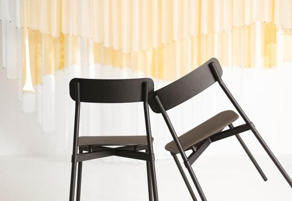 """Tom Chung entwarf für Petite Friture Stuhl """"Fromme"""", ein Sitzmöbel aus Aluminium, das ohne sichtbare Verbindungen auskommt."""