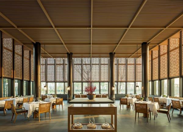 """Leib- und Augenspeise: Im """"Amanyangyun""""gibt es drei Restaurants, die jeweils chinesische, japanische und italienische Küche anbieten. Im """"Arva"""" wird mediterran gekocht, allerdings mit lokalen Produkten. Der Blick geht hinausin den Wald aus Tausenden heiligen Bäumen, die hierher verpflanzt wurden."""