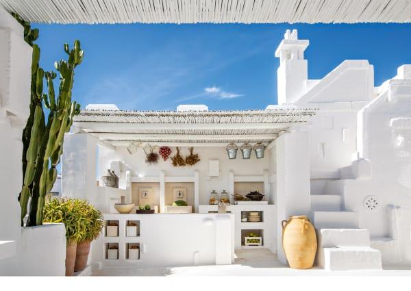 Im süditalienischen Fasano wachsen die Häuser eng aneinandergeschmiegt aus der Tuffsteinklippe empor. Zwei davon hat ein Architekt in sein Zuhause verwandelt – und in eine Ode an Apulien.