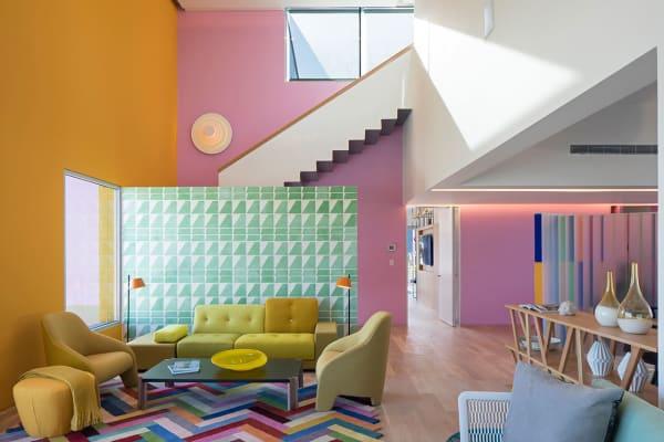 """""""Casa Tec 205"""" hält was es was es versprich: Eine bunte Konstruktion aus Acryl und Vinyl führt einen zu grafische Fliesen, Zickzack-Teppich eingegrenzt von gelben und pinken Wänden"""