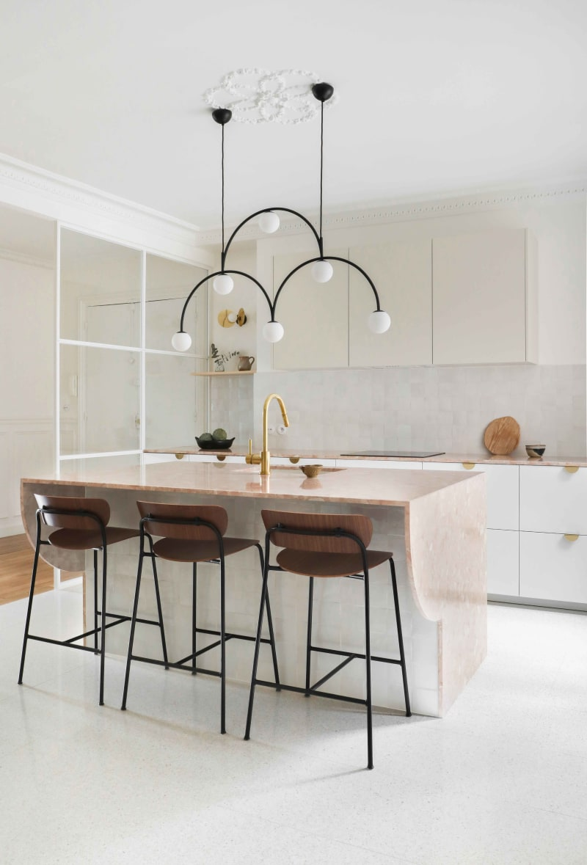 Küche in Weiß, Beige und Rosa von Heju Studio