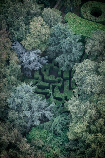 Konstruktivistische Gemälde, verwandelt in 13 Gartenräume – dieses        Kunststück ist dem Architekten Paul Maymont auf La Ballue gelungen. Das        Labyrinth allerdings hat sein Freund und Kollege François        Hébert-Stevens, nach einer Skizze Le Corbusiers, mit 1500 Eiben in 3D        gesetzt.