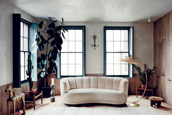 """Das Living im zweiten Stock beherrscht ein dänisches """"Banana""""-Sofa aus den 60er Jahren, der Teppich stammt aus Marokko."""