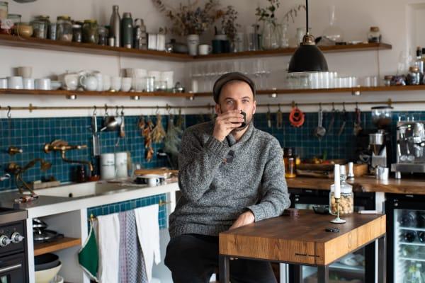 In der Küche seiner Wohnung in Berlin.