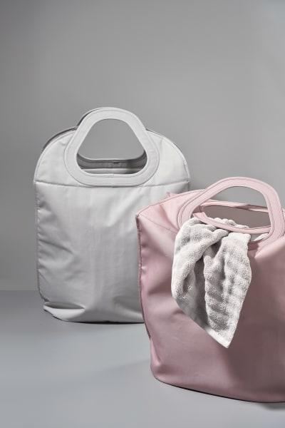 Zum Sammeln und Tragen: 60 Liter-Tasche aus Polyestergewebe, fünf Farben, um 50 Euro von Zone.