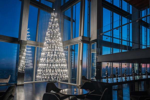 245 Glaskörper formieren den leuchtenden Christbaum von Lee Broom.