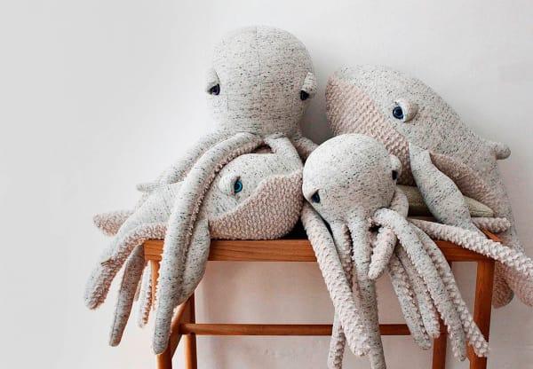 """Flauschige Spielkameraden sind """"Octopus"""" (150 Euro) und """"GrandPa Whale"""" (118 Euro) von Dana Muskat fürBigStuffedbestimmt."""