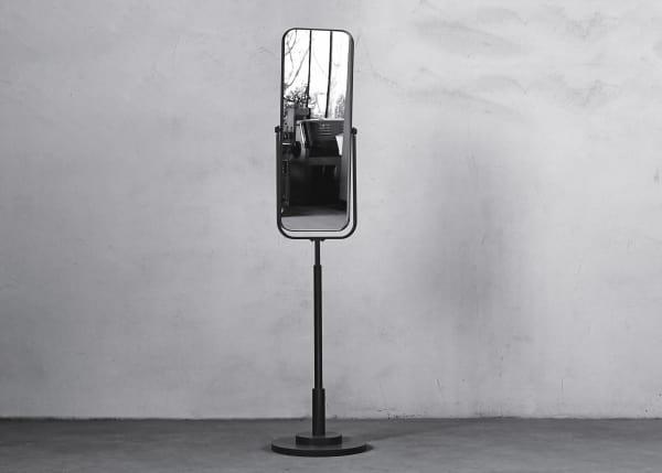 Den Standspiegel gestaltete Christoph Münks gemeinsam mit Gisbert Pöppler für dessen Möbelkollektion.
