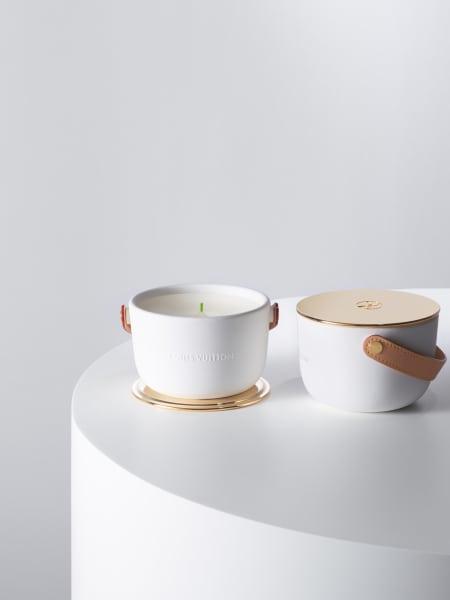 Maître Parfumeur Jacques Cavallier Belletrud wollte mit seinen Kerzen den Duft der Natur behutsam in unsere eigenen vier Wände bringen und kreierte vier Duftkerzen fürLouis Vuitton. Die Kerze ist von einem handgegossenen Keramikgefäß mit Griff aus naturbelassenem Leder ummantelt, 175 Euro.