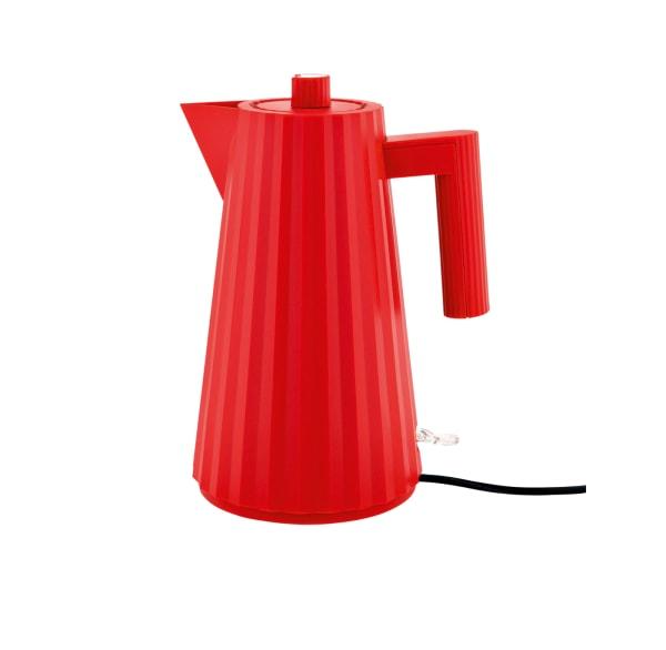 """Michele De Lucchis Wasserkocher """"Plissé"""" aus Kunststoff fasst 1,7 Liter. BeiAlessi ist er für 79 Euro auch in Grau, Weiß und Schwarz erhältlich."""