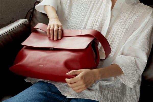 Die Tasche ist aus Kuhleder aus Anilin gefertigt.