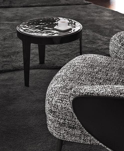 """Rodolfo Dordoni entwarf für Minotti Beistelltisch """"Grant""""aus verchromtem Metall und Glas, erhältlich mit silber- oder schwarzlackierten Beinen und mit Platten in Maulbeere, Olive, Rost oder Rauch."""