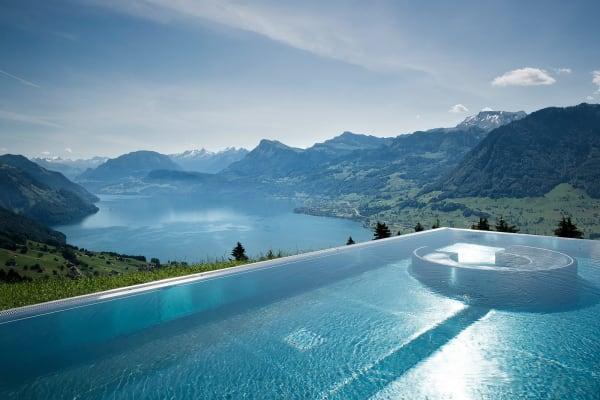 """Der Pool im """"Hotel Villa Honegg""""in den Schweizer Alpen bietet zu allen vier Jahreszeiten einen atemberaubenden Ausblick über dem Vierwaldstättersee. Gute Nachrichten: Wem ein Aufenthalt im Hotel zu teuer ist, kann sich ab 90 Schweizer Franken einen Tageseintritt für den Spa buchen."""