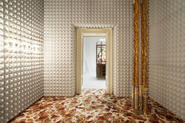 """In den Räumen der Installation """"Perfettamente Imperfetto"""" lässt sich die Farb- und Materialwelt von Dimore Studio erfahren."""