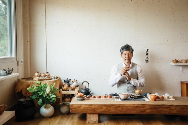 Cha Jun Ho im Teesalon seines Hauses in Icheon. Wer zu seinem Studio gepilgert ist, kann das Glück haben, eine von Chas seltenen Tee-Mischungen probieren zu dürfen – natürlich serviert in einer handgefertigten Sejiyo-Tasse.
