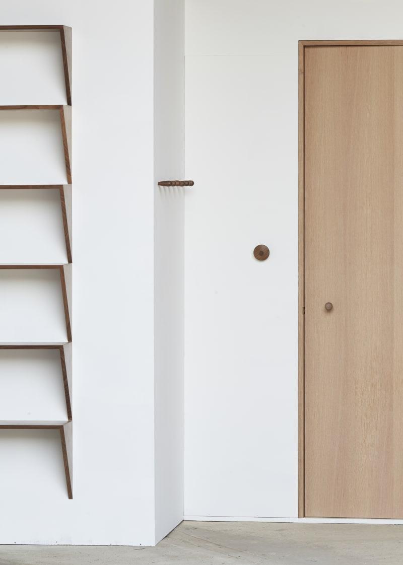 Gwendolyn und Guillane Kerschbaumer, Studio Areti, dreieckiges Regal aus amerikanischem Walnussholz, Tür aus Weißeiche sowie verschiedenen Haken und ein Lichtschalter, ebenfalls aus Walnuss für John Pawson