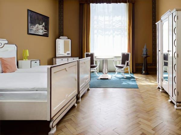 Mit rondokubistischem Mobiliar ist das schönste Zimmer auf der Ostseite des Hotelsausgestattet – ähnlich liebevoll (wenn auchnicht ganz so stilecht) sind auch die übrigen Räume eingerichtet.