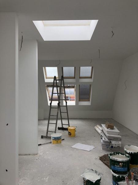 Oberlichter sorgen nun für eine lichtdurchflutete Atmosphäre. Die Backsteinwände wichen verputzten Wänden.